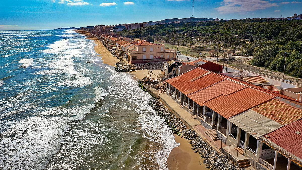 El mar amenaza ya a diario la primera línea de costa. En la imagen, viviendas en la playa de Babilonia (Guardamar), ayer. | TONY SEVILLA