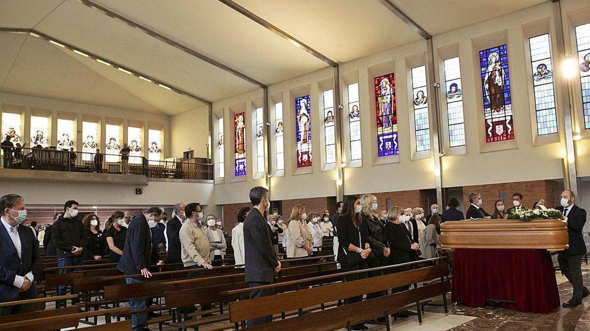Asistentes al funeral de Tomás Cerra -en el recuadro, en una imagen reciente-, celebrado ayer en la iglesia de los Carmelitas de Oviedo, con el féretro a la derecha.