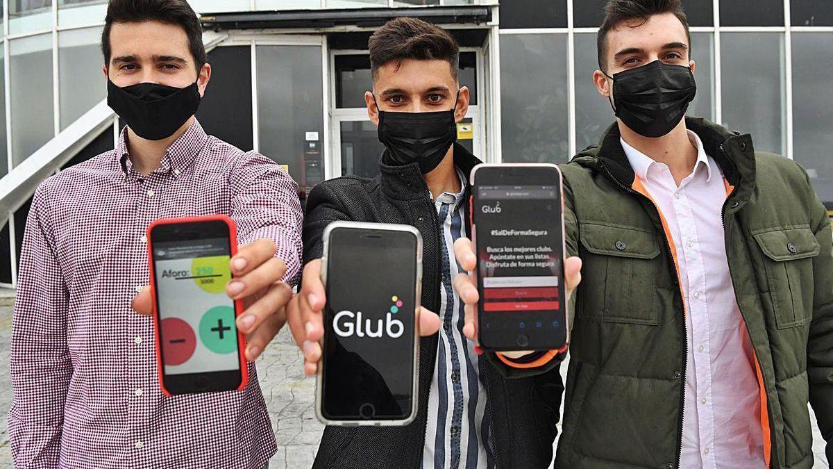Los tres creadores de 'Glub' muestran móviles con su aplicación.