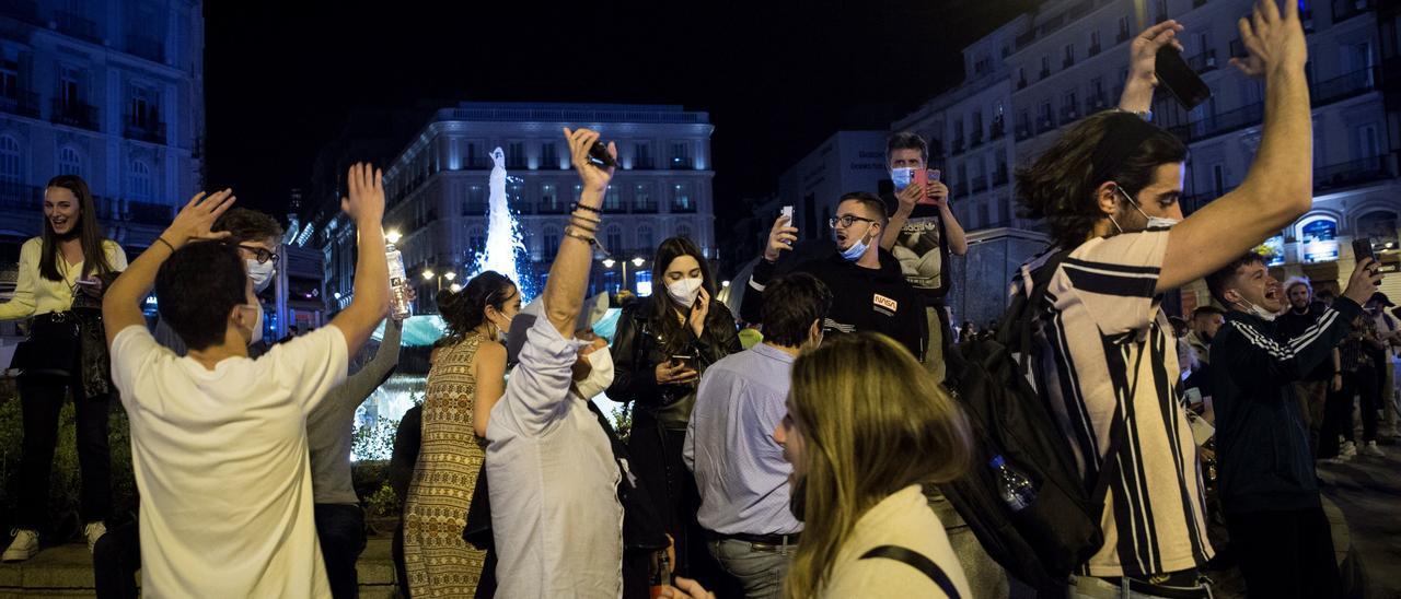 Botellón al fin del estado de alarma en el centro de Madrid.