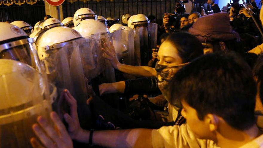 La Policía interviene el 8M de Estambul con cargas y gas