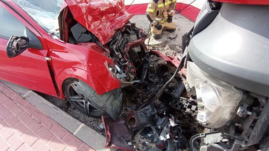 Muere tras estrellarse con su coche contra un camión aparcado en Murcia
