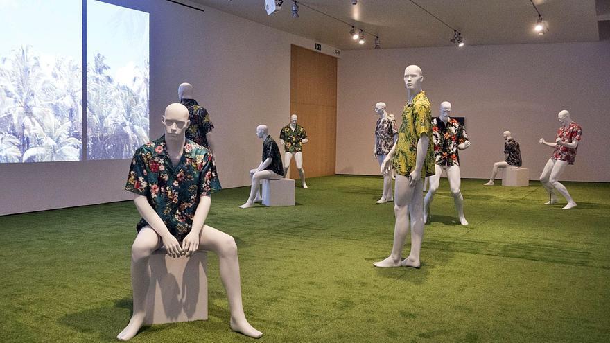 Colonialismo, turismo y racismo  se funden en la exposición 'Les illes'