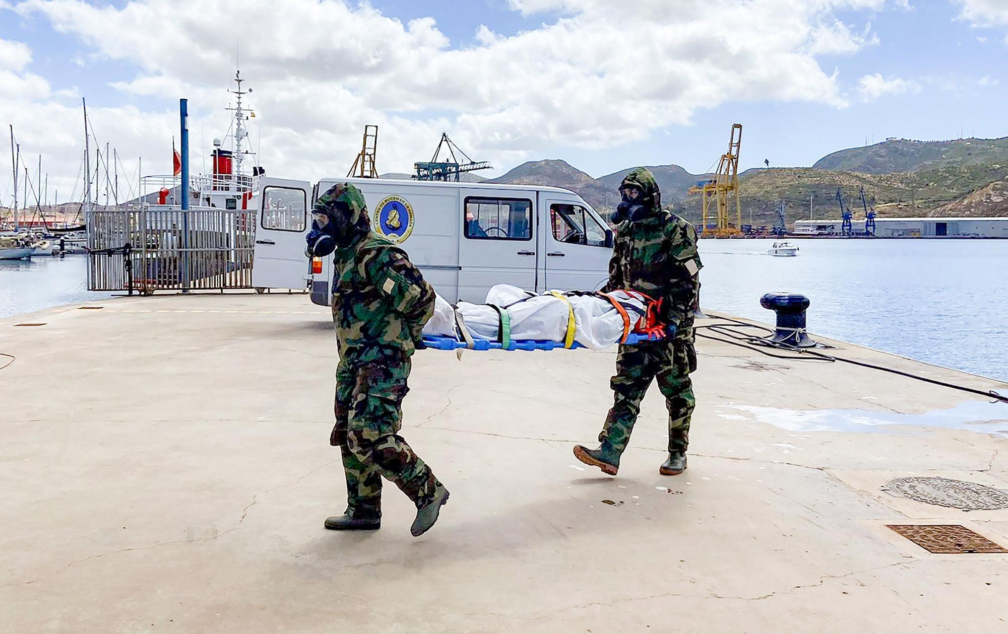 Simulacro de fuga y hundimiento de un buque con cargamento de combustible en Cartagena