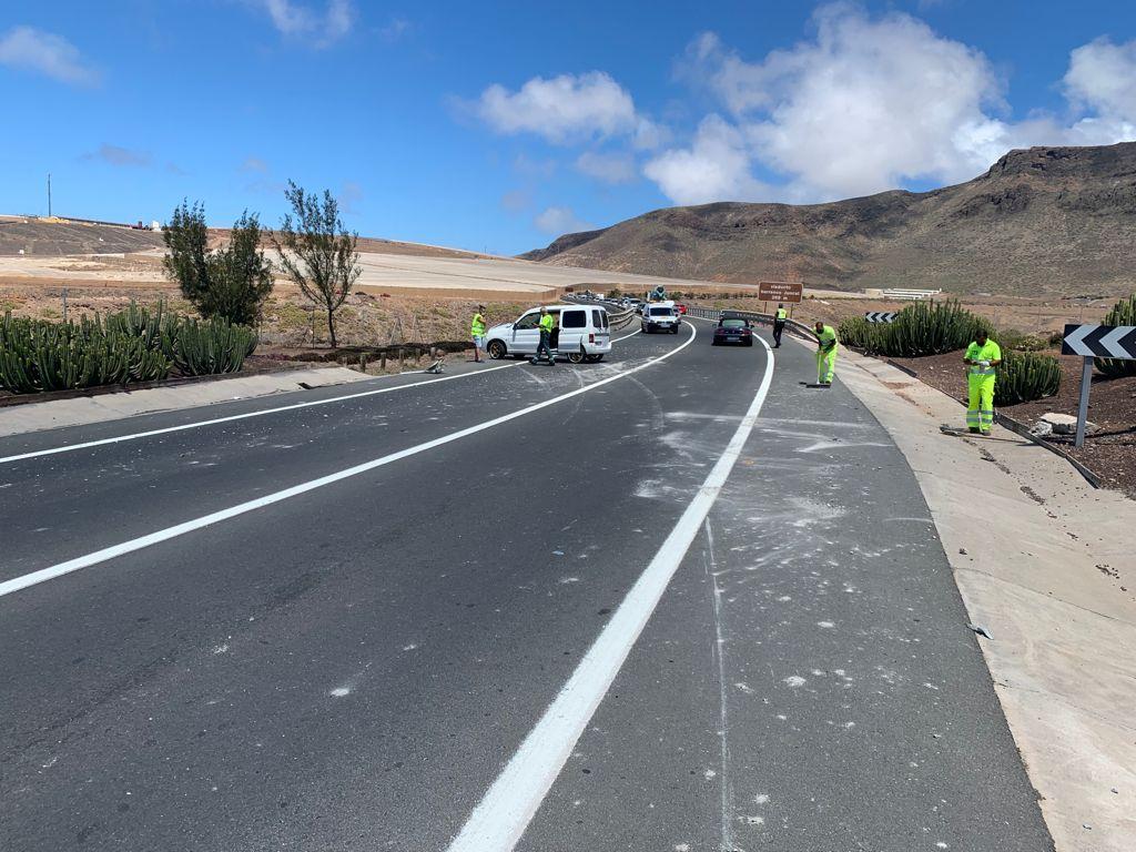 Accidente entre un camión y un turismo en la GC-2