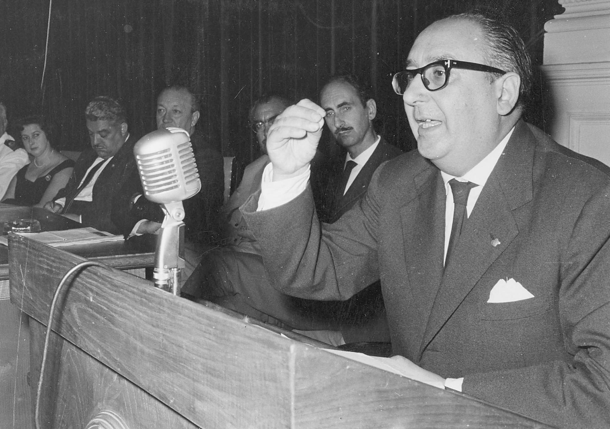 Cunqueiro durante una conferencia en 1981 en el Círculo_Magar.jpg