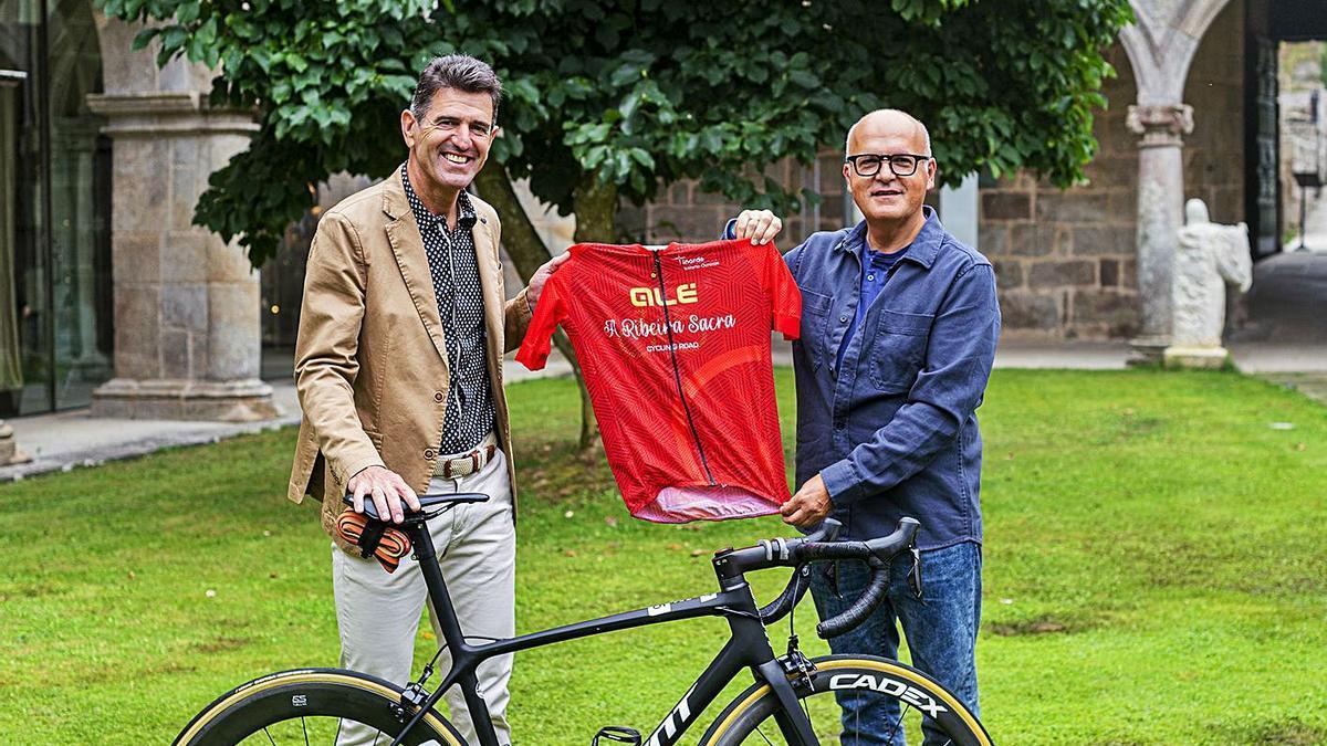 Olano, padrino de la 'Ribeira Sacra Cycling Road', y Manuel Baltar, en Santo Estevo de Ribas de Sil.