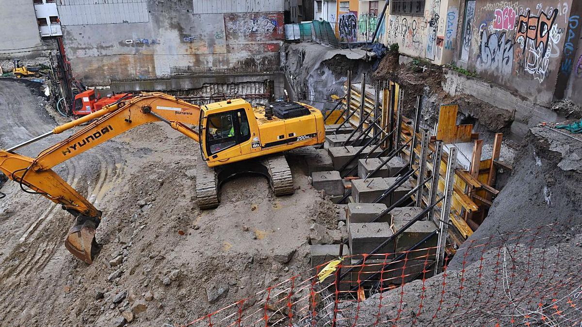 Una excavadora junto al muro del solar de Rey Abdullah, ayer, tras acabar los trabajos. |  // VÍCTOR ECHAVE