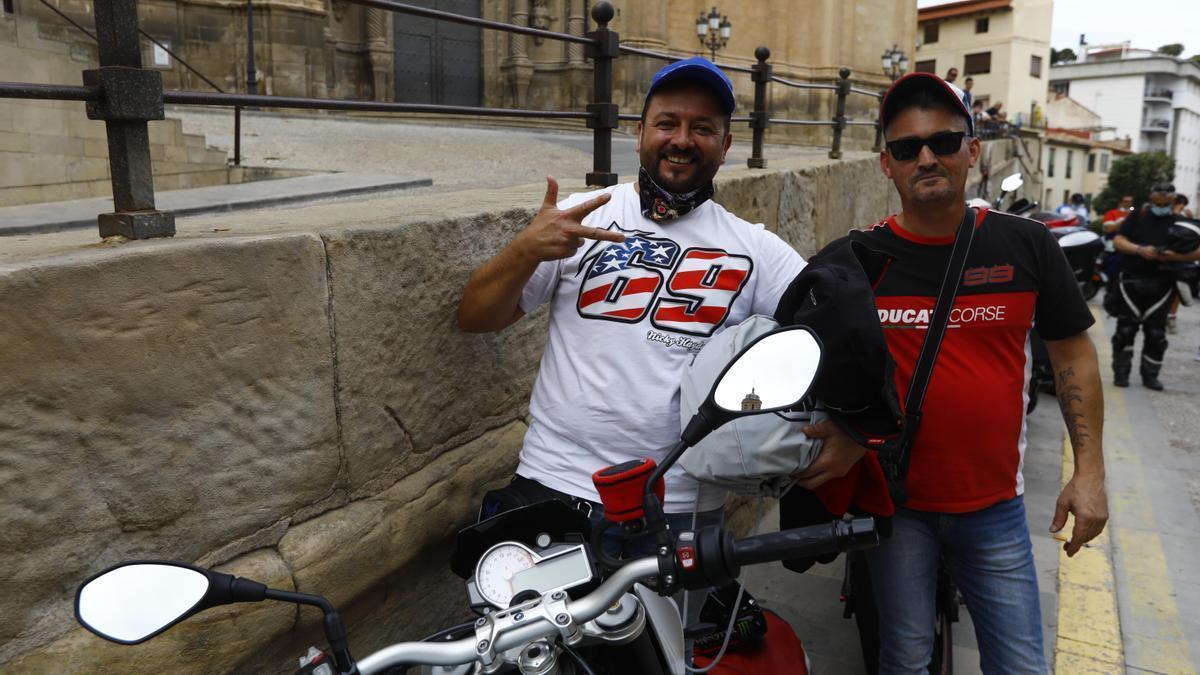 Óscar Sánchez, con una camiseta de Hayden, con un amigo y junto a su moto.