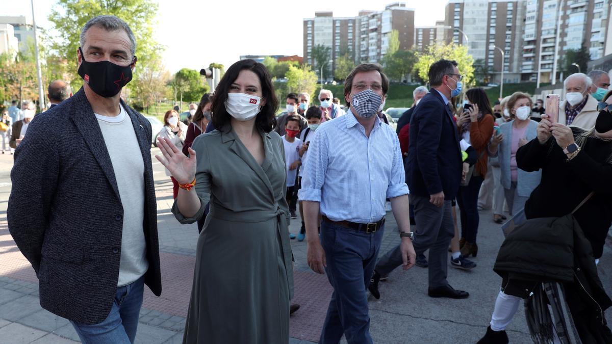 Toni Cantó junto a la presidenta de madrileña,  Isabel Diaz Ayuso (c), y el alcalde de Madrid,  Jose Luis Martinez-Almeida (d).