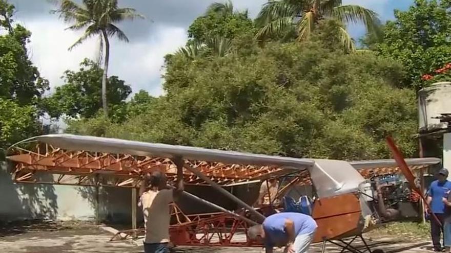 El cubano que construye un avión en su garaje