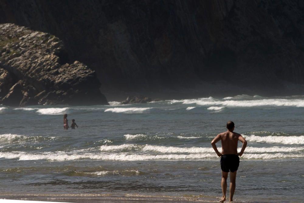 Bañistas en la playa de Cueva