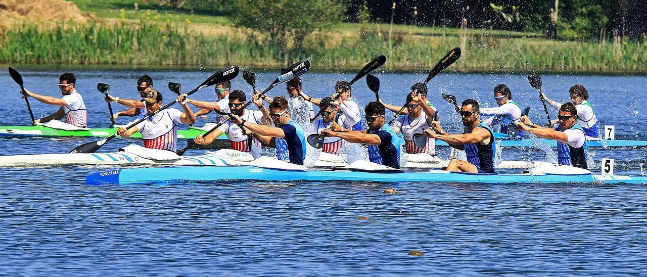 En primer término, la embarcación del Fluvial, con Pelayo Roza en la marca y Cristian Toro detrás. Entre ellos, en segundo término, Pedro Vázquez Llenín, remando con el  Kayak Tudense. | Jonás Pravia