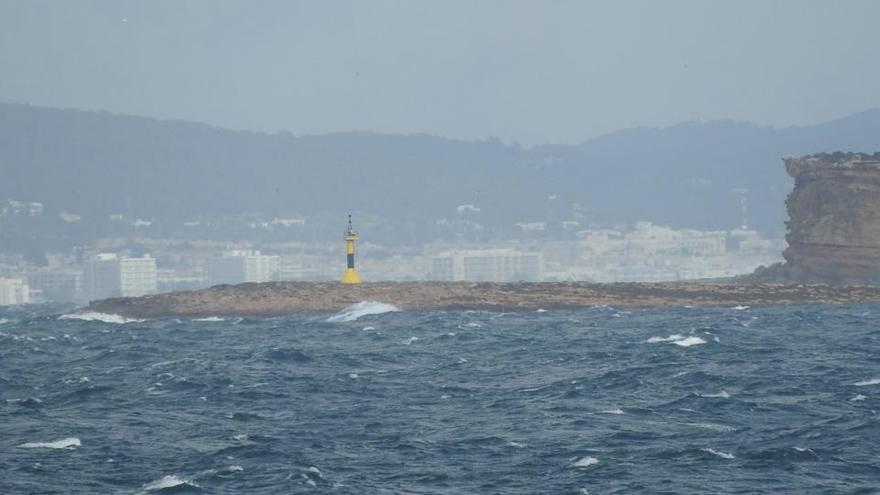 El temporal obliga a cancelar varias salidas desde el puerto de Ibiza