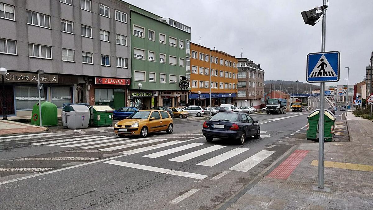 Un paso de cebra en Vilarrodís, en la carretera AC-552.     // LA OPINIÓN