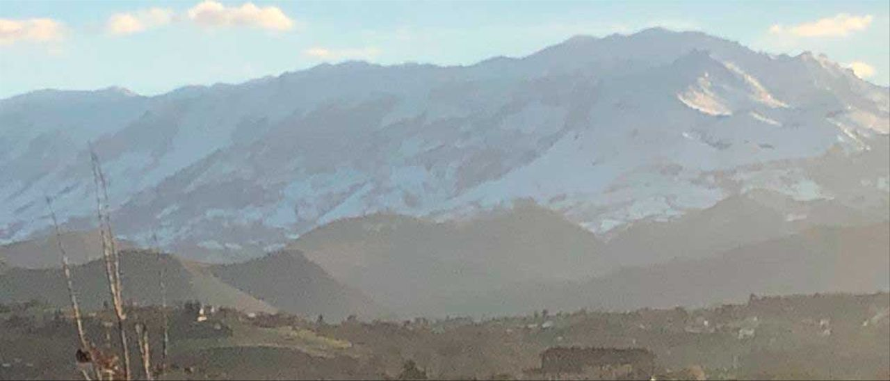 Sol sobre el Aramo, nevado, visto desde Llampaxuga, en Oviedo.