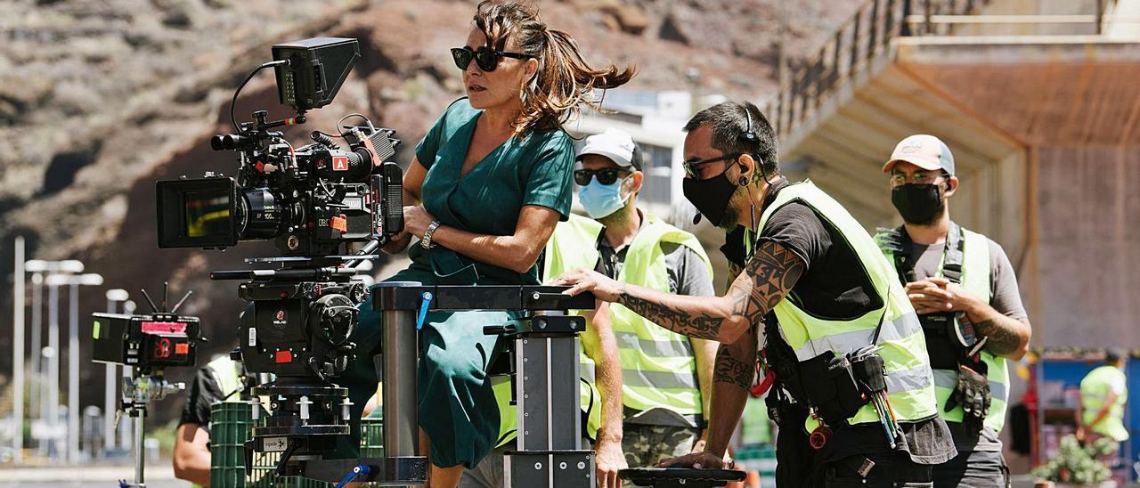 La protagonista de la serie 'Hierro', Candela Peña, junto al equipo de rodaje.