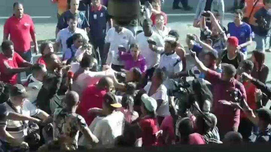 Guaidó recibe una paliza de la muchedumbre chavista al llegar al aeropuerto