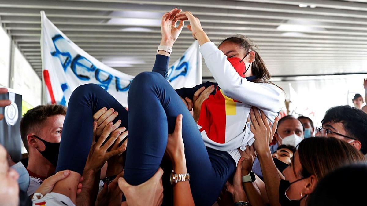 Familiares y amigos de la taekwondista la recibieronn a su llegada al aeropuerto de Barajas. EFE/Mariscal