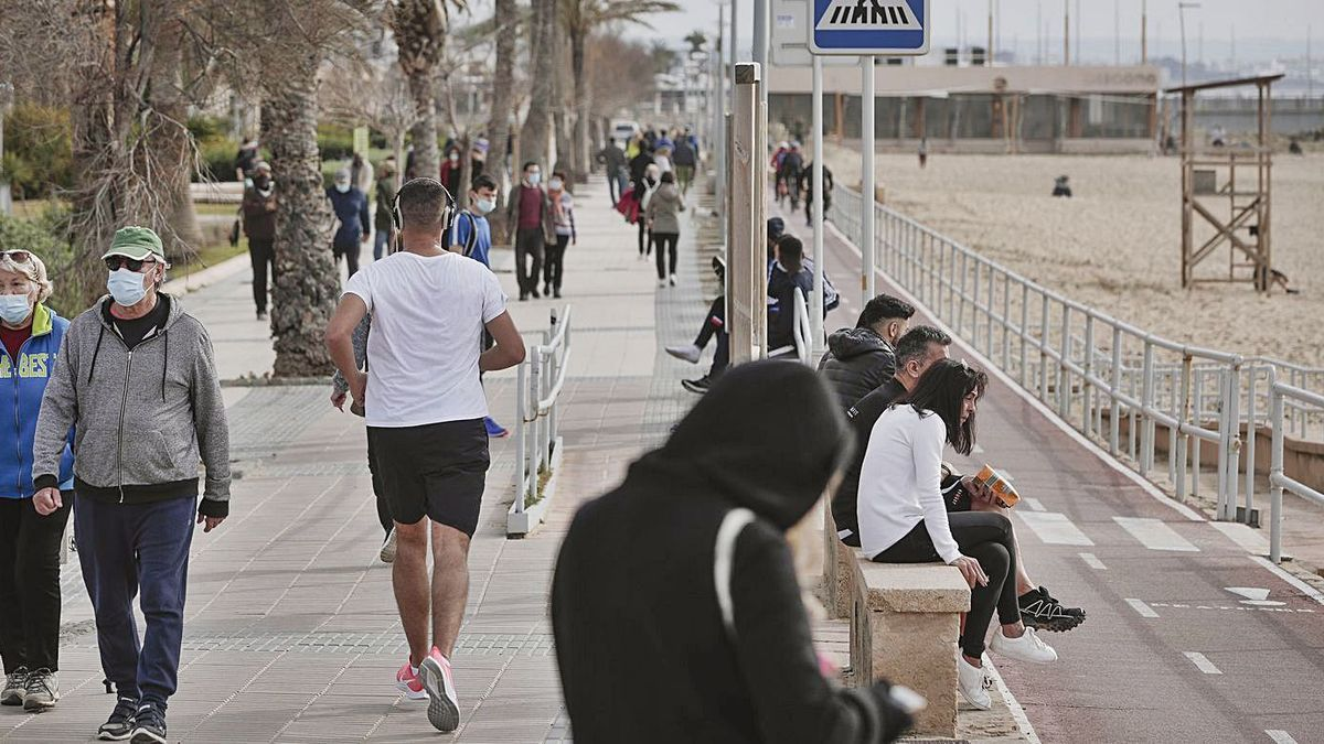 Personas paseando y haciendo deporte en Can Pere Antoni.