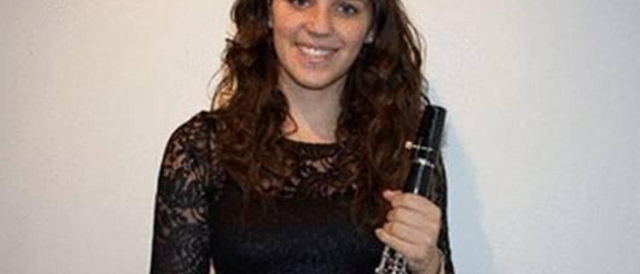 Elena, con su acompañante en la «dansà» de La Font. En la imagen de al lado, como músico.