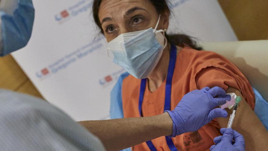 """Cataluña abre expediente a enfermeras que """"invitaron"""" a familiares a vacunarse"""