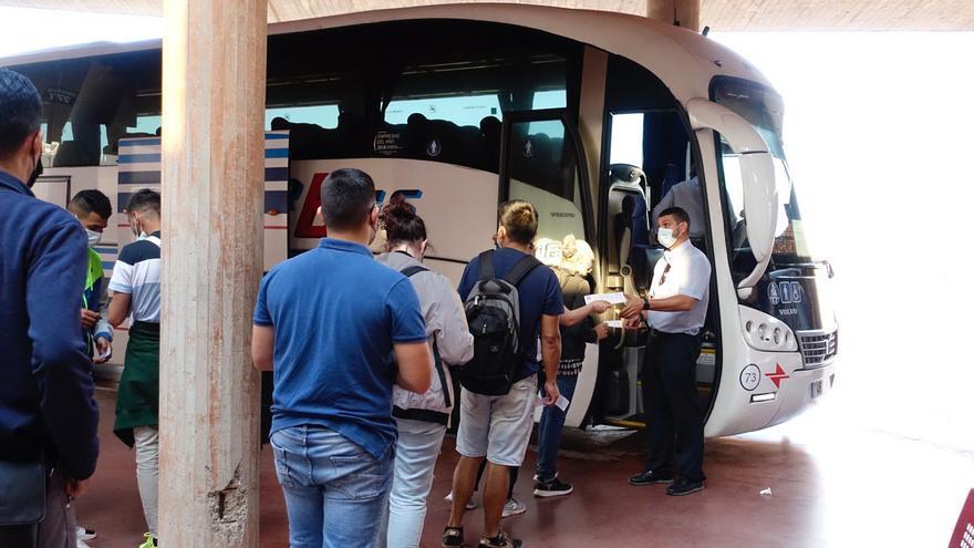 Más autobuses entre la ciudad y el litoral para incentivar el turismo