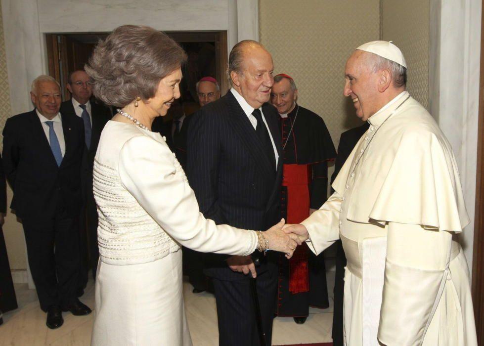 La reina Sofía y el Rey Juan Carlos saludan al papa Francisco.