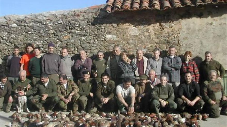 Un grupo de cazadores posa con los faisanes conseguidos durante la jornada cinegética.
