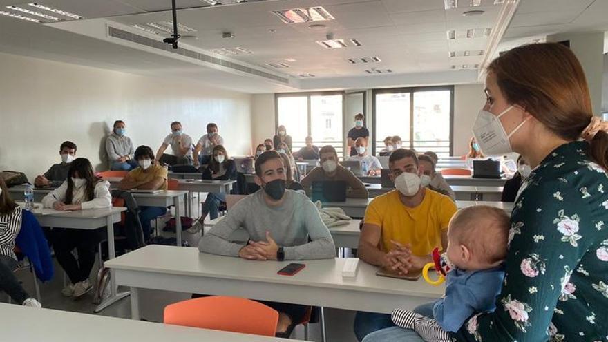 Los estudiantes del CEU se forman en fisioterapia pediátrica en un taller práctico