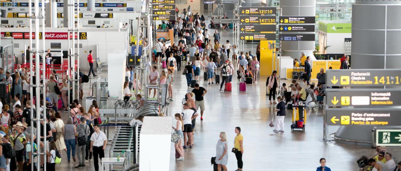 Usuarios del aeropuerto de Alicante-Elche en la zona de salidas de la terminal.