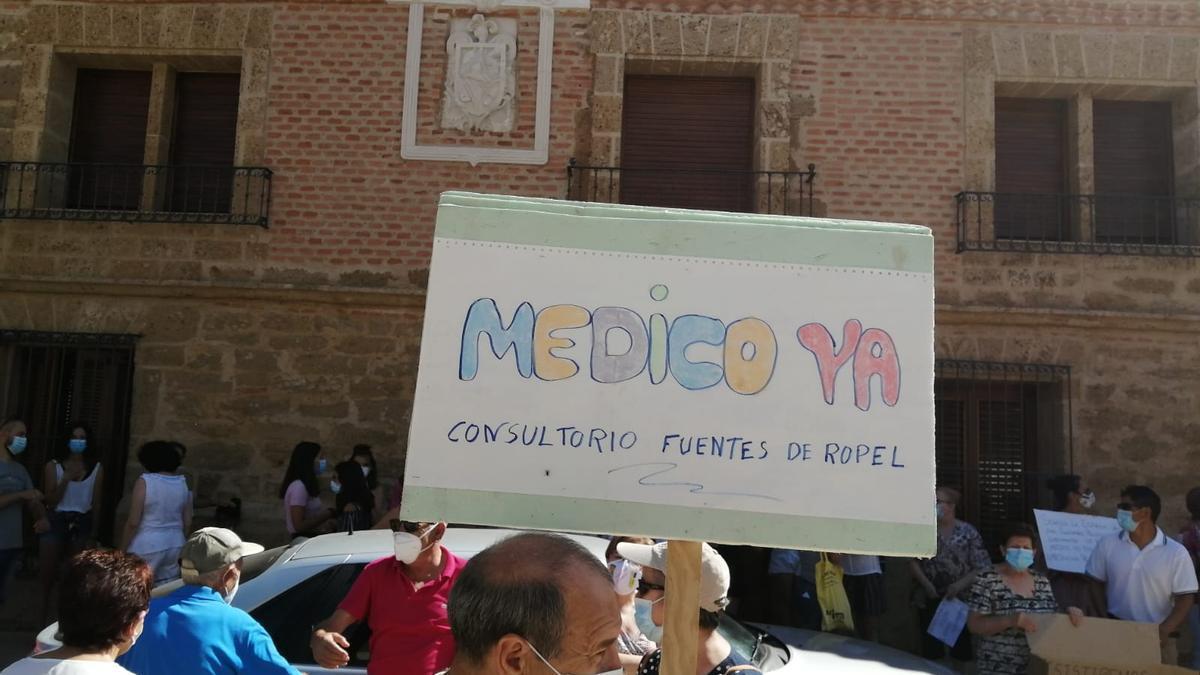 Los vecinos de Fuentes de Ropel protestando por la carencia de médico y el emporamiento de la atención primaria.