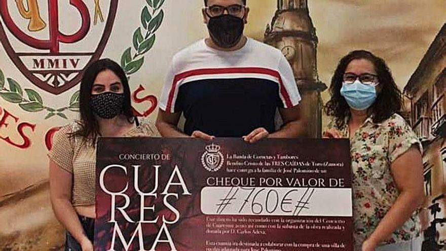 """La Banda """"Bendito Cristo de las Tres Caídas"""" de Toro dona 760 euros para la silla de ruedas de Palomino"""