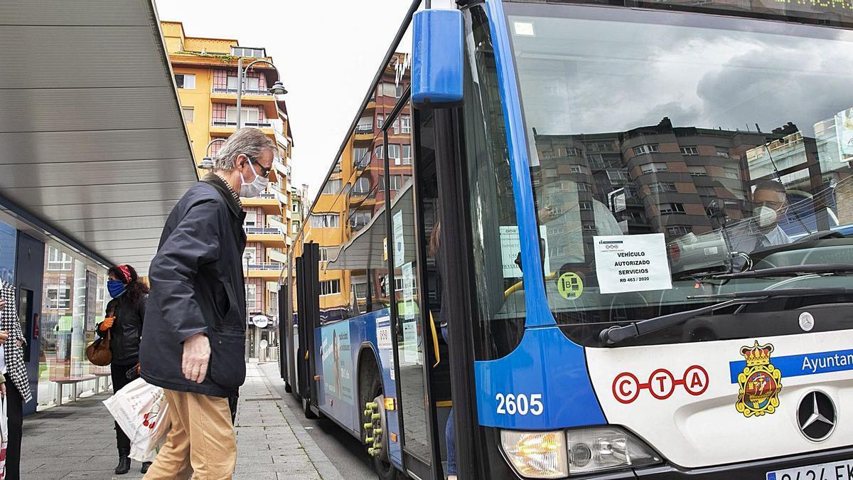 Usuarios subiéndose a un autobús del CTA en la calle Jardines. | R. Solís