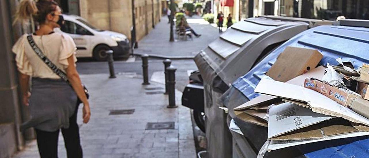 Los contenedores a rebosar es una de las principales quejas.