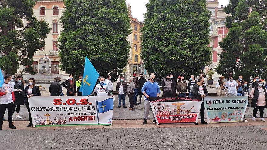 Los feriantes protestan en Langreo por las restricciones