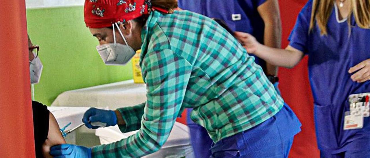 Vacunación de docentes con AstraZeneca en Alcoy.  | JUANI RUZ