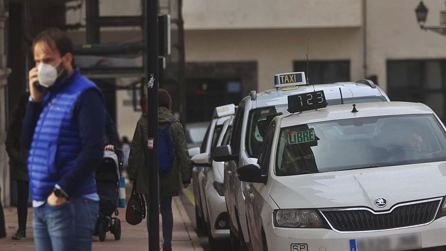 El covid deja al sector del taxi a medio gas en plena Semana Santa