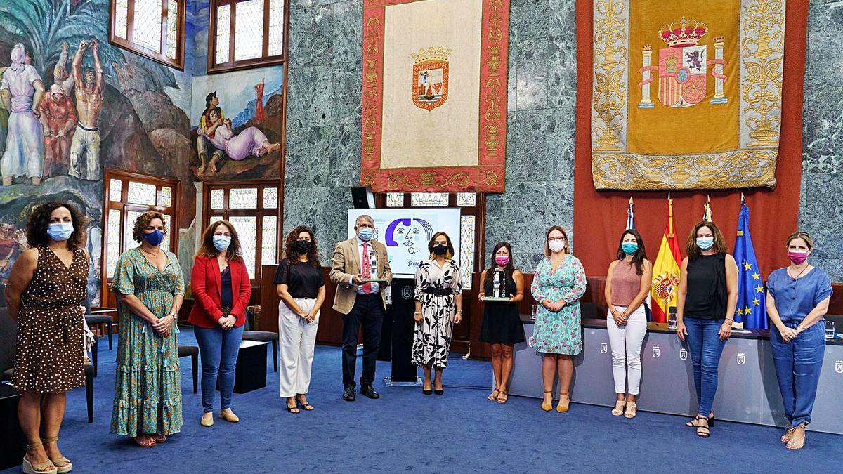 Foto de familia de los representantes de los colectivos premiados y de las autoridades. | | E.D.