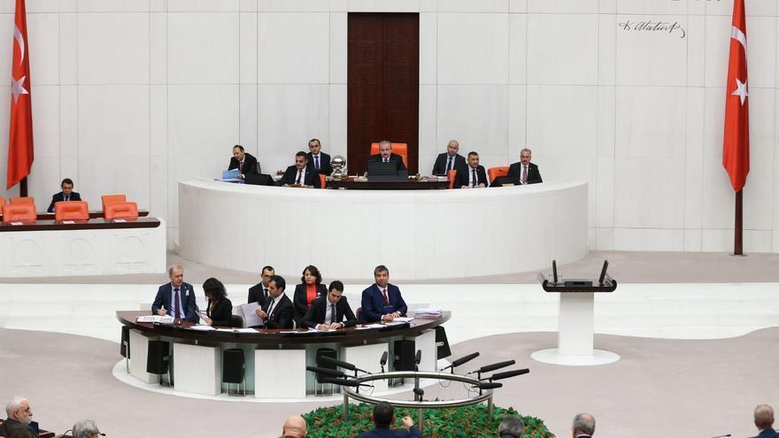 El Parlamento de Turquía prorroga unas polémicas medidas aprobadas tras el intento del golpe de Estado