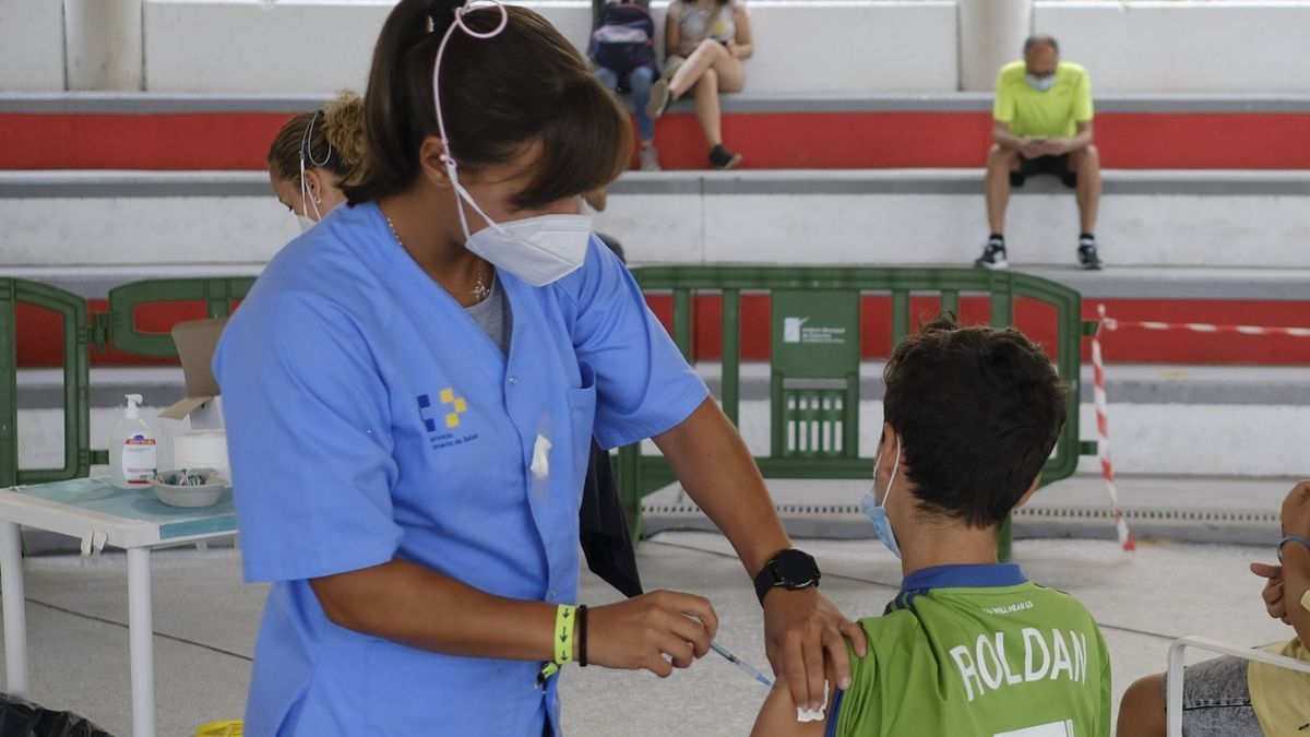 A child under 14 years of age receives the coronavirus vaccine in Pedro Hidalgo's fighting ground.