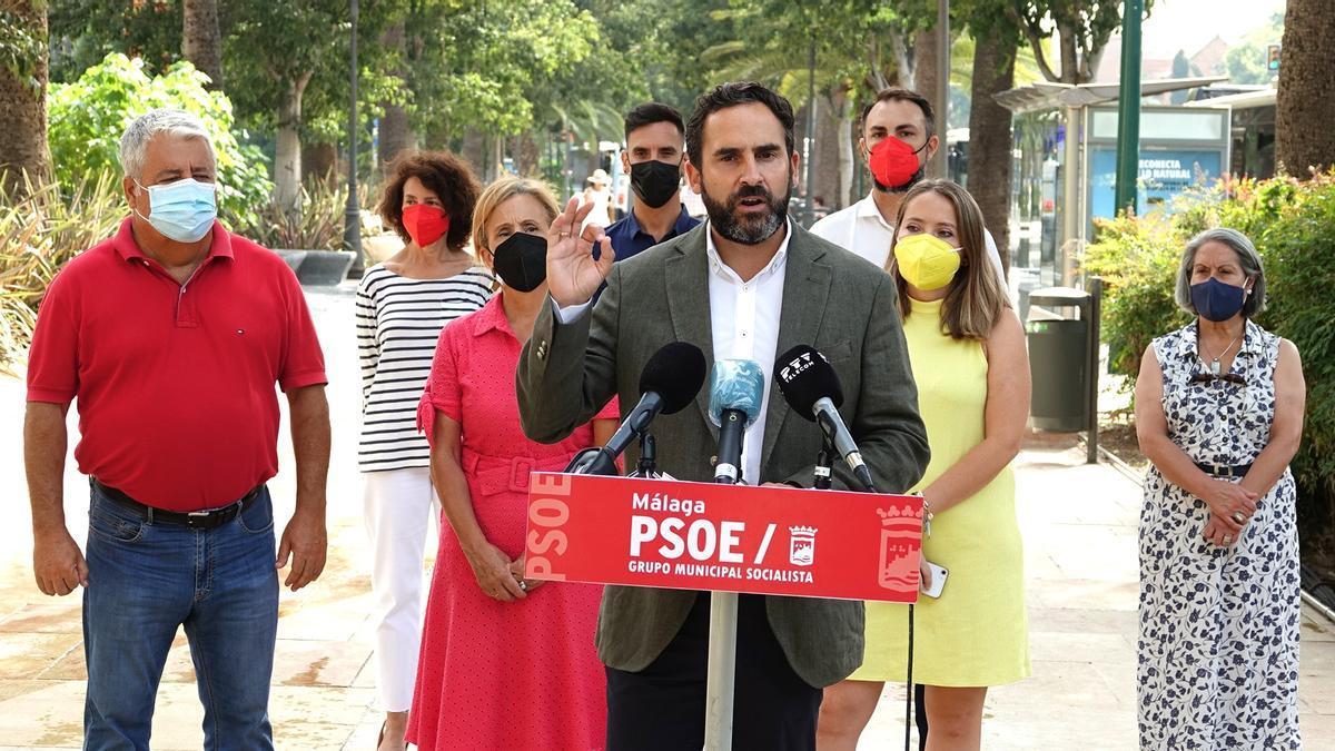 El portavoz socialista en el Ayuntamiento de Málaga, Daniel Perez, con concejales del grupo municipal