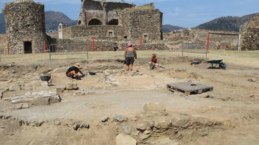 Descobreixen 1.300 m2 de la vila medieval a la Ciutadella de Roses