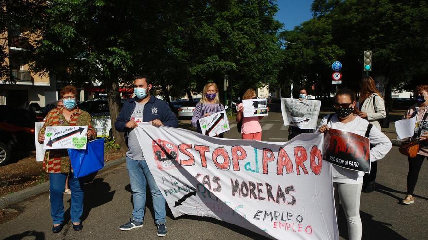 Los vecinos de Moreras cortan la carretera de Trassierra para exigir empleo y viviendas dignas