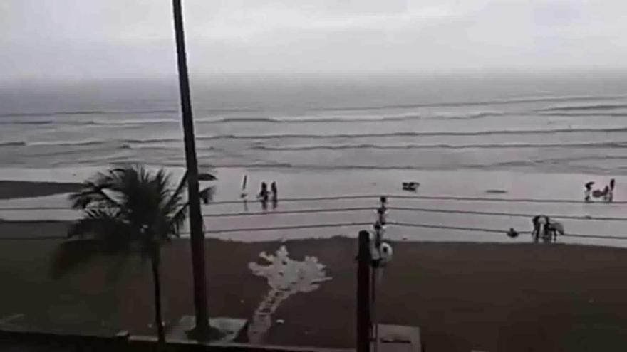 Un rayo alcanza a una mujer que paseaba por una playa de Brasil