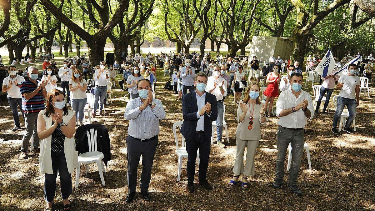 Pichel, Crespo, Feijóo, Pastor y Rodríguez aplauden en la Carballeira do Rodo.