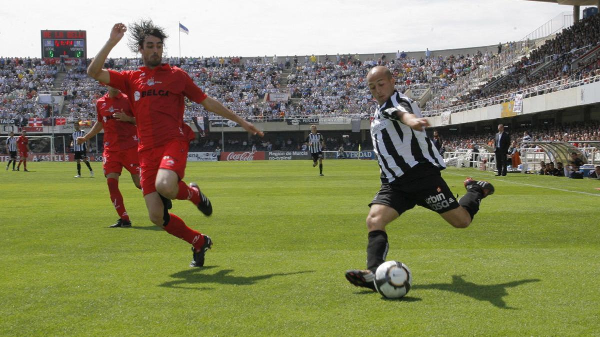 Lafuente coloca un centro en el partido contra la Real Sociedad de la temporada 2009-2010.