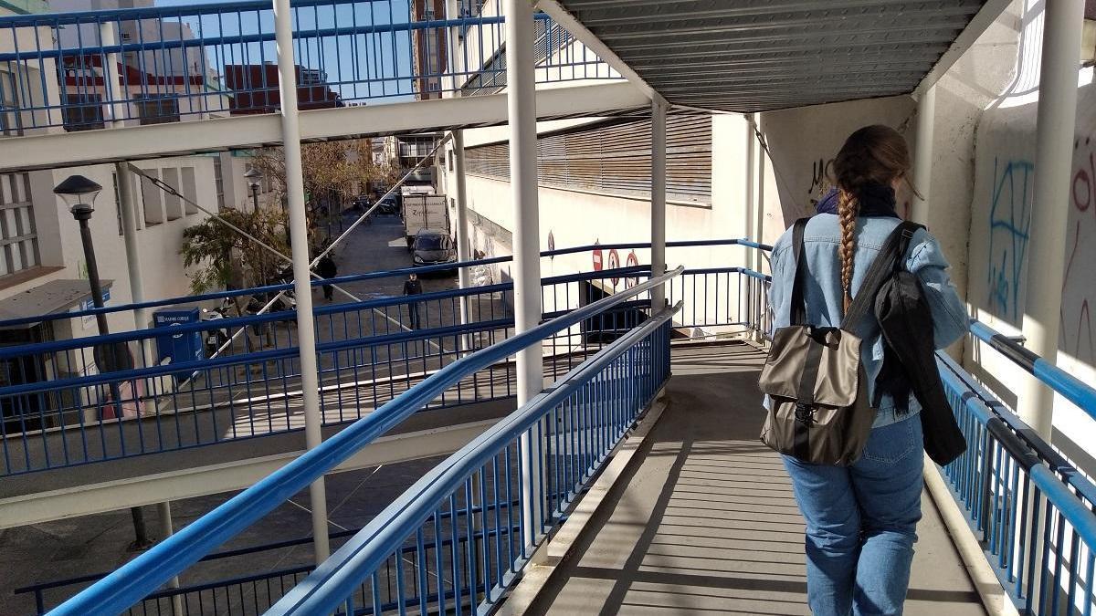 A veces, la solución para un problema urbanístico no es la más estética pero sí la más práctica. Lo podemos comprobar en la escalera metálica que salva el desnivel entre la Calzada de la Trinidad y la calle Natalia.
