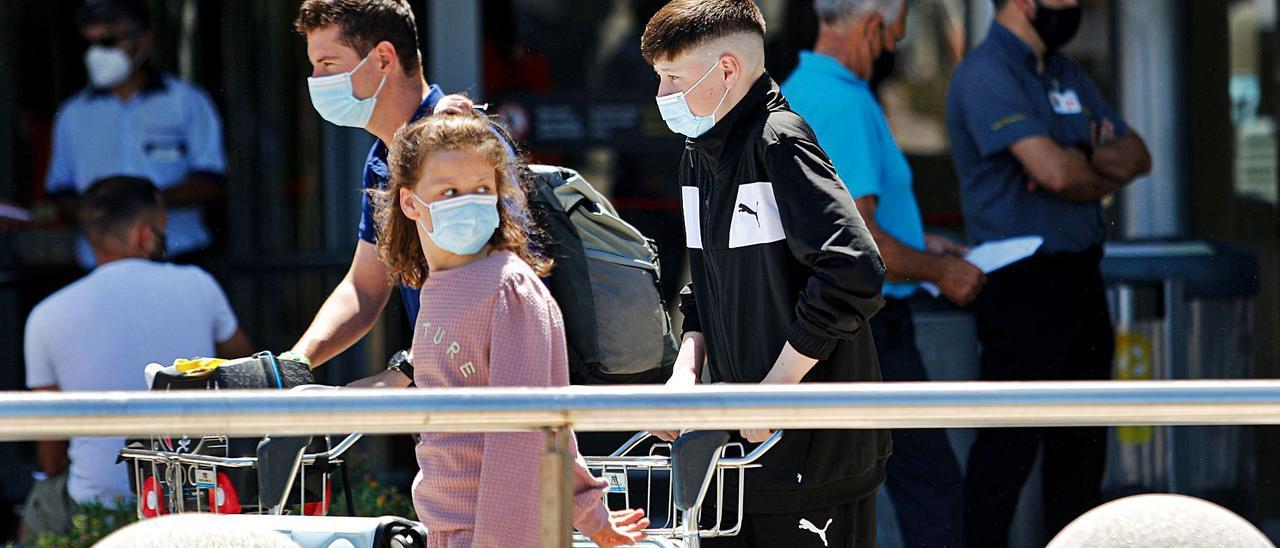 Turistas llegados al aeropuerto de Ibiza.  | TONI ESCOBAR