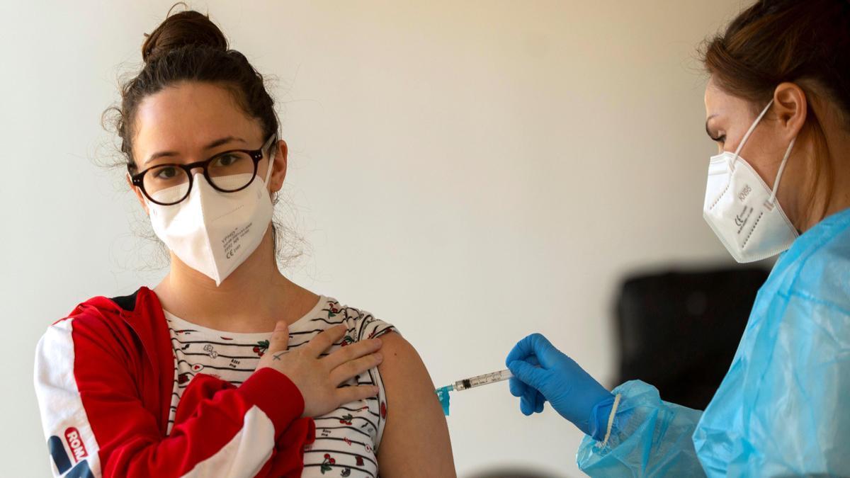Avanza la estrategia de vacunación en la población joven.
